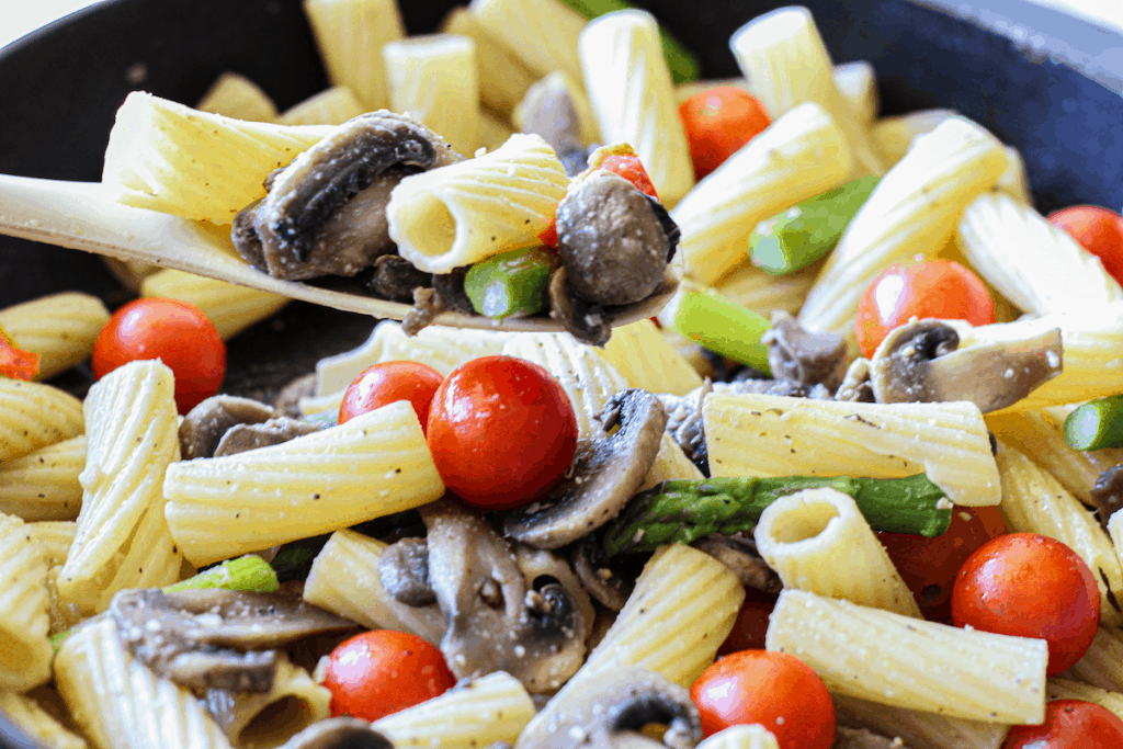 Pasta with cherry tomatoes, mushrooms, asparagus and garlic