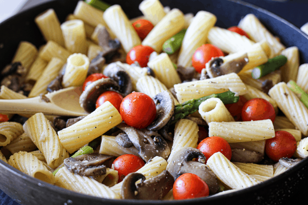 Rigatoni Pasta with cherry tomatoes, mushrooms and asparagus. One pot pasta dinner