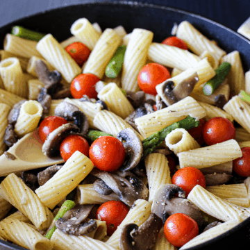 Rigatoni with mushrooms, asparagus, cherry tomatoes and garlic